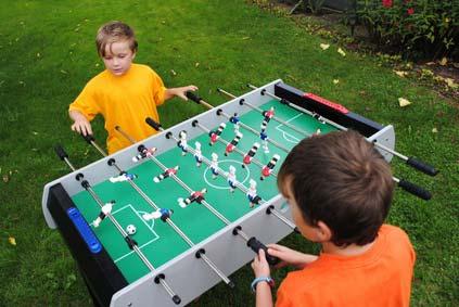 Kinder spielen Tischkicker